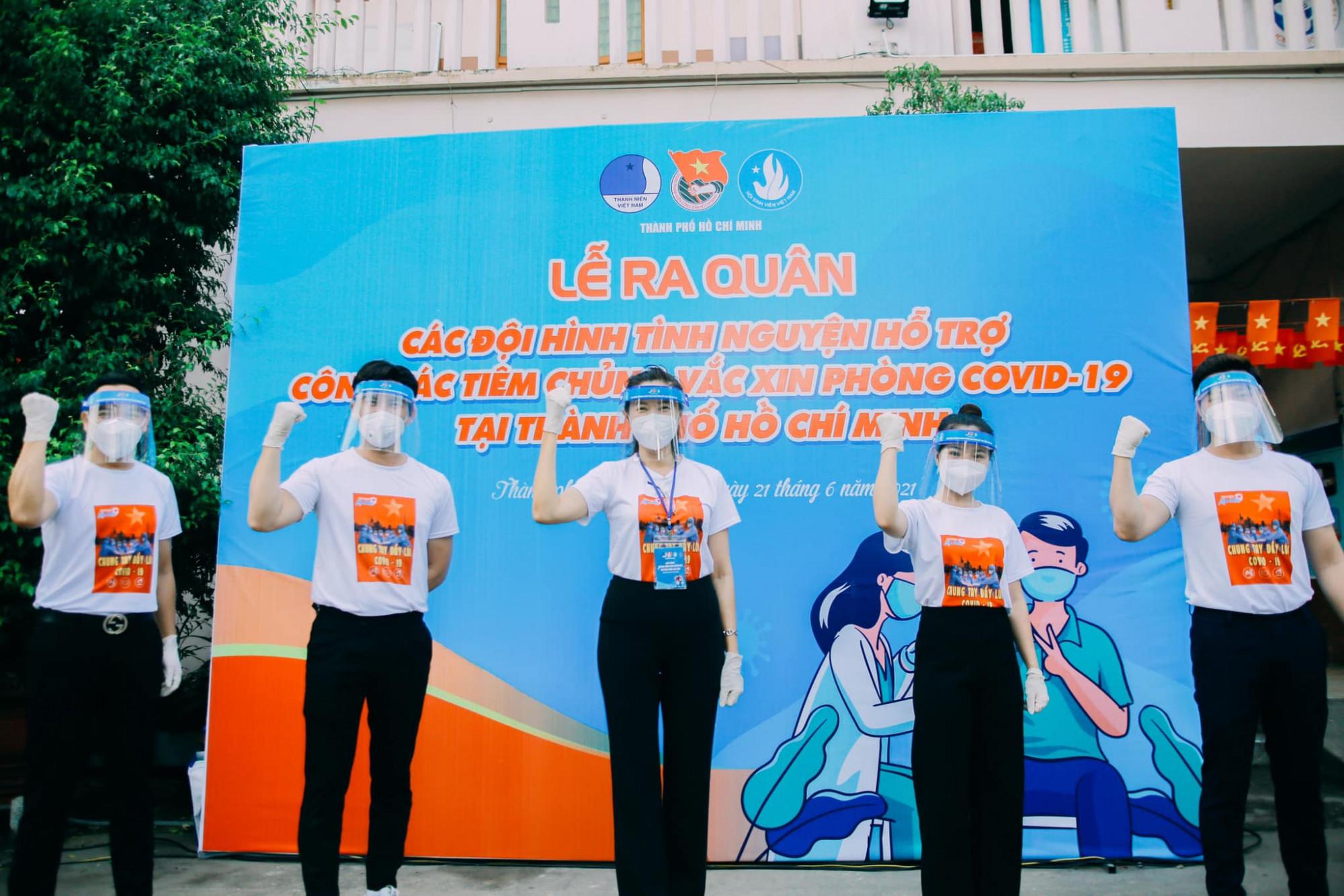 MC Quỳnh Hoa (giữa) cùng các nghệ sĩ tham gia đội tình nguyện, hỗ trợ