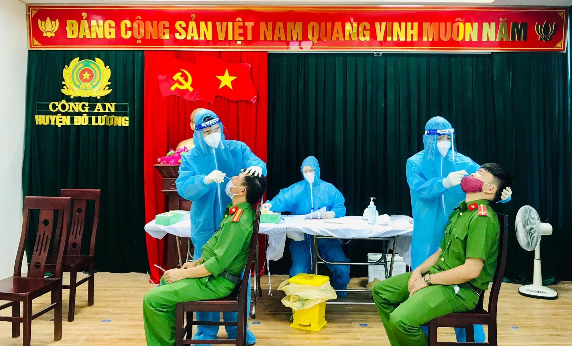 Công an huyện Đô Lương xét nghiệm COVID-19 cho cán bộ, chiến sĩ