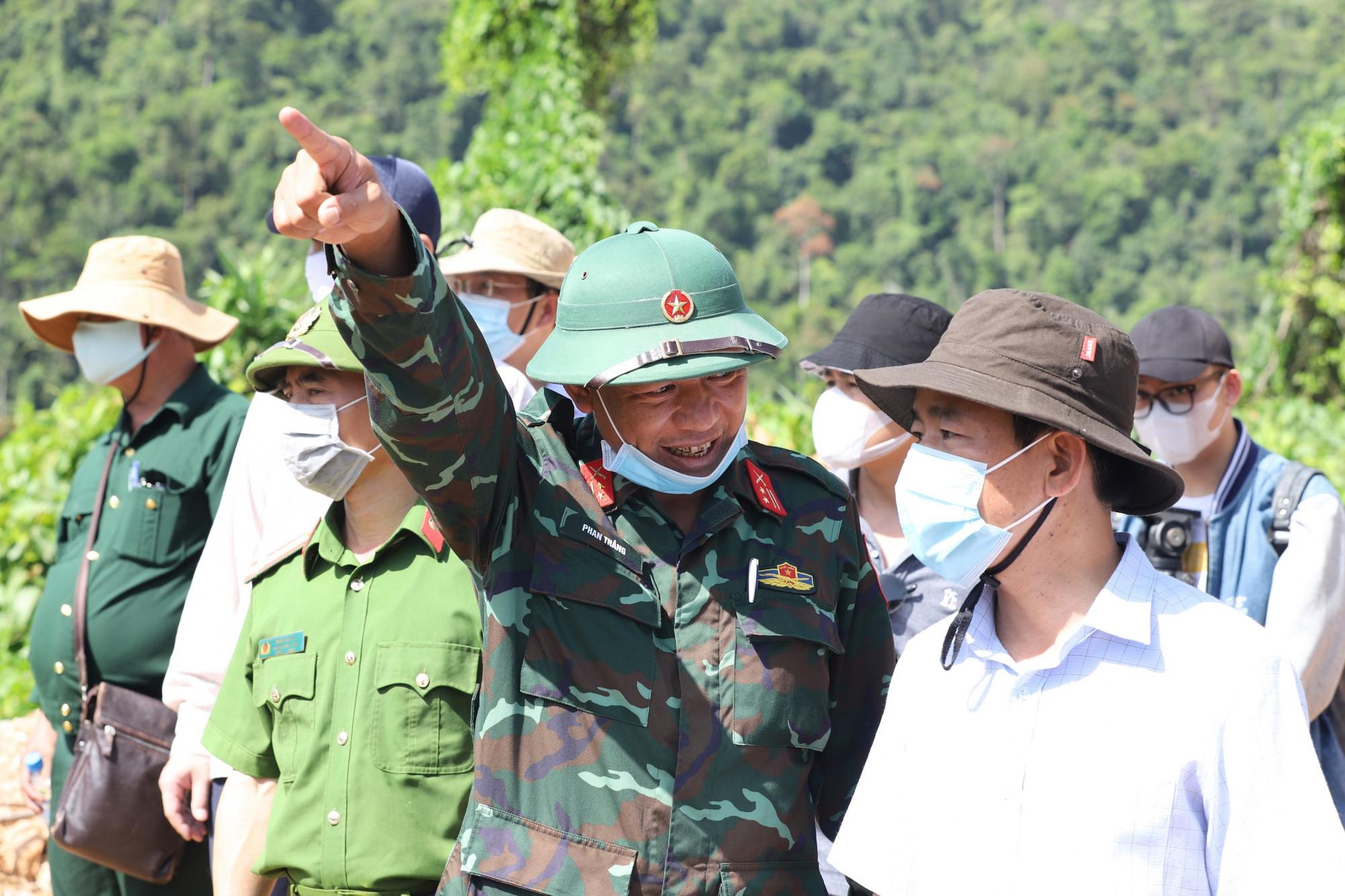 Trung tá Phan Thắng – Phó Chỉ huy trưởng, Tham mưu trưởng Bộ CHQS tỉnh báo cáo với lãnh đạo tỉnh địa hình các bãi bồi