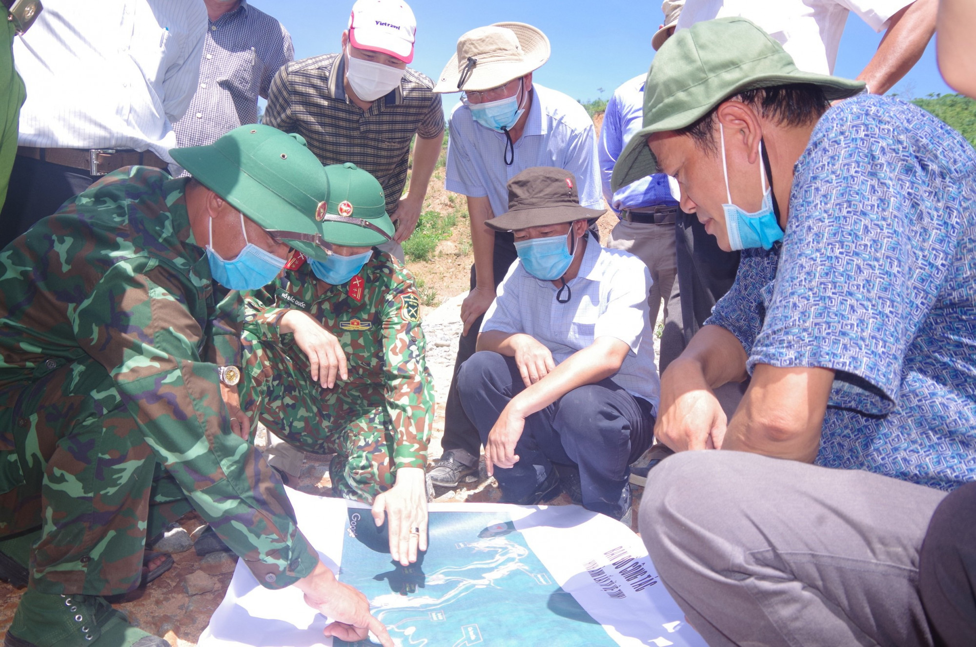 Bộ CHQS tỉnh báo cáo với lãnh đạo tỉnh về địa hình tại khu vực Ngã 3 Tam dần