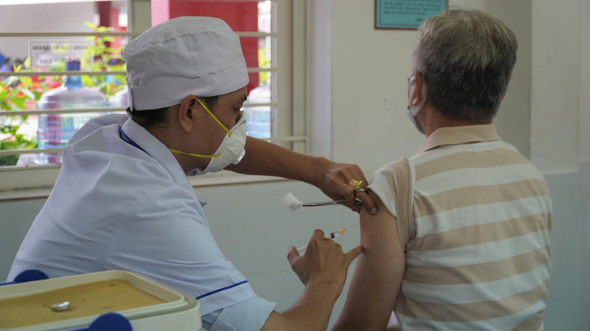 TPHCM sẽ không tiêm vắc xin phòng COVID-19 cho người trên 65 tuổi trong đợt tiêm chủng lần này.