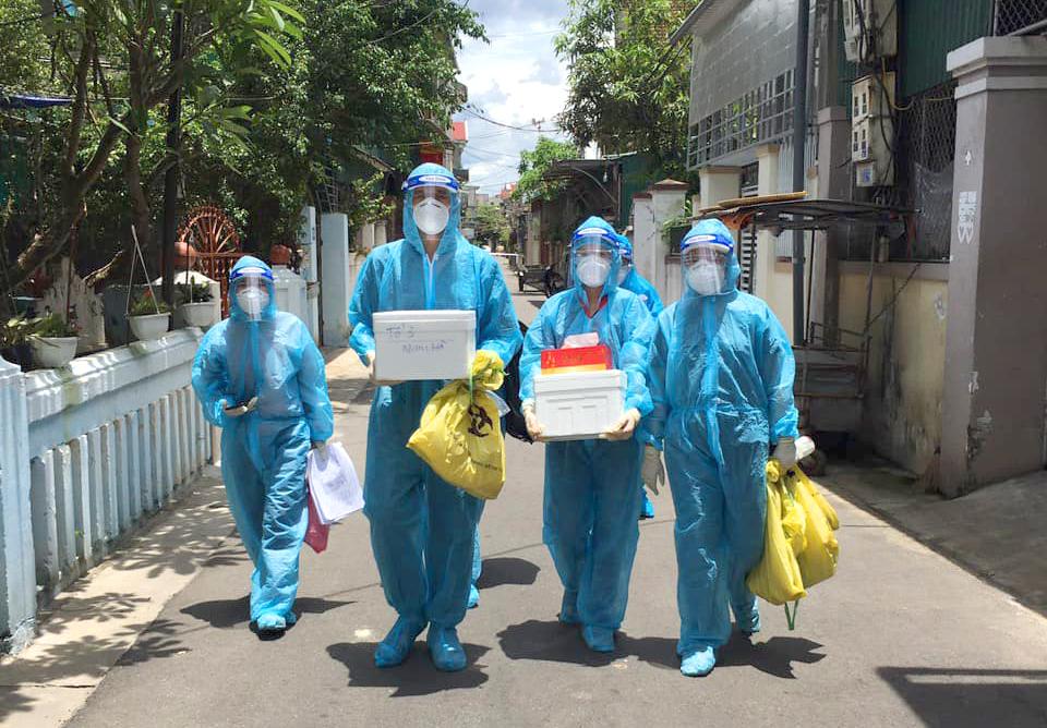 Lực lượng y tế Hà Tĩnh đi lấy mẫu xét nghiệm diện rộng cho người dân