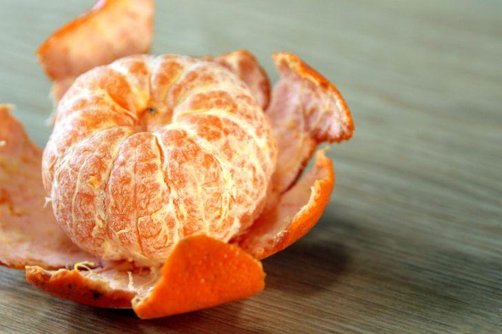 Tương tự việc vắt nước, vỏ cam, chanh hay quýt sẽ dễ lột hơn nếu bạn làm nóng chúng với việc trụng nhanh qua nước sôi hay làm nóng trong lòn vi sóng.