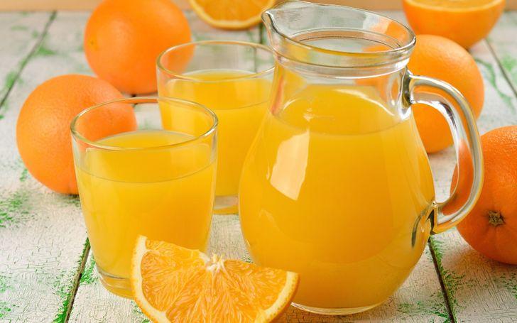 Cách để vắt được nhiều nước nhất với cam, chanh... là đặt chúng vào lò vi sóng, trụng nhanh qua nước sôi hay vắt bằng đáy li thủy tinh.