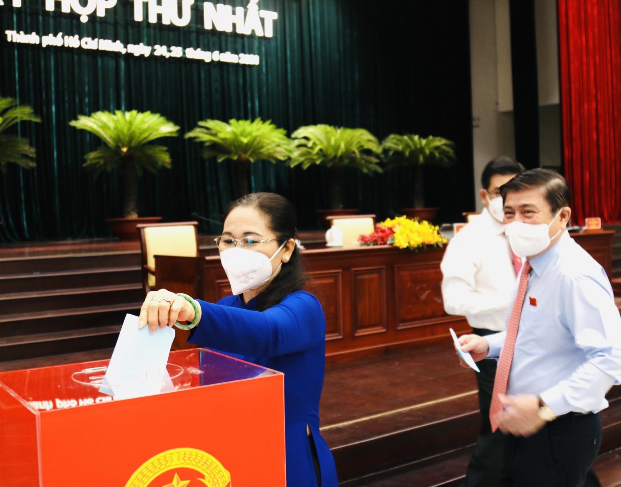 Các ĐB tiến hành bò phiếu bầu các chức danh HĐND TPHCM khóa X