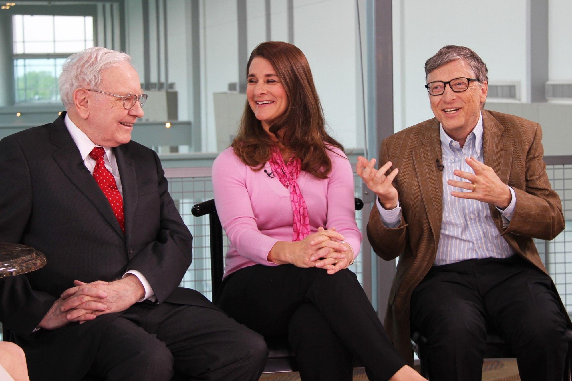 Ông Warren Buffett (trái) cùng vợ chồng Bill và Melinda Gates trong một cuộc phỏng vấn trên truyền hình năm 2015 - Ảnh: Lacy O'Toole/CNBC/Getty Images