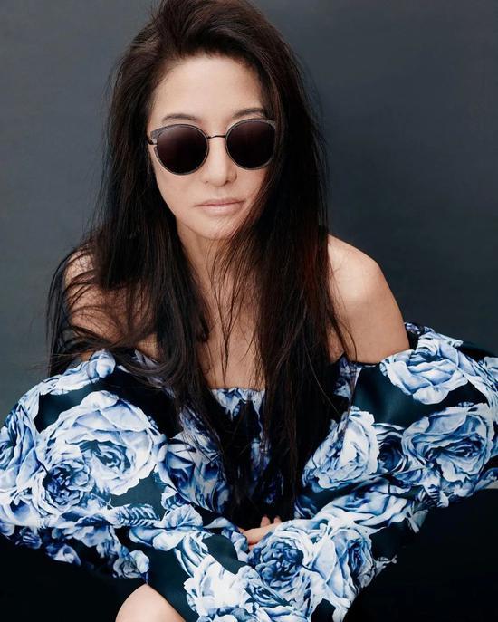 Bắt đầu thiết kế áo cưới từ năm 40 tuổi, trải qua hơn 3 thấp kỷ theo nghề, thương hiệu Vera Wang đã có chỗ đứng vững chắc trong làng mốt thế giới. Tờ Vogue từng đưa ra nhận xét: Thiết kế của Vera Wang là tiêu chuẩn vàng trong trang phục váy cưới.
