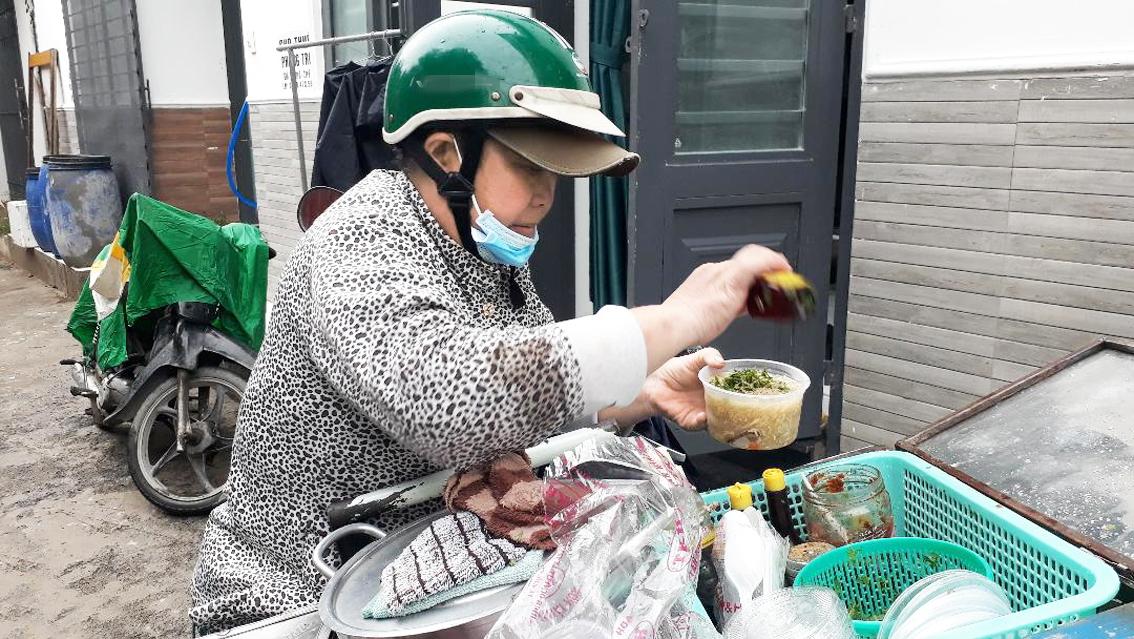 Hằng ngày chị Mạch Kim Thùy cố nén những cơn đau để đi buôn bán dạo kiếm tiền mua thuốc