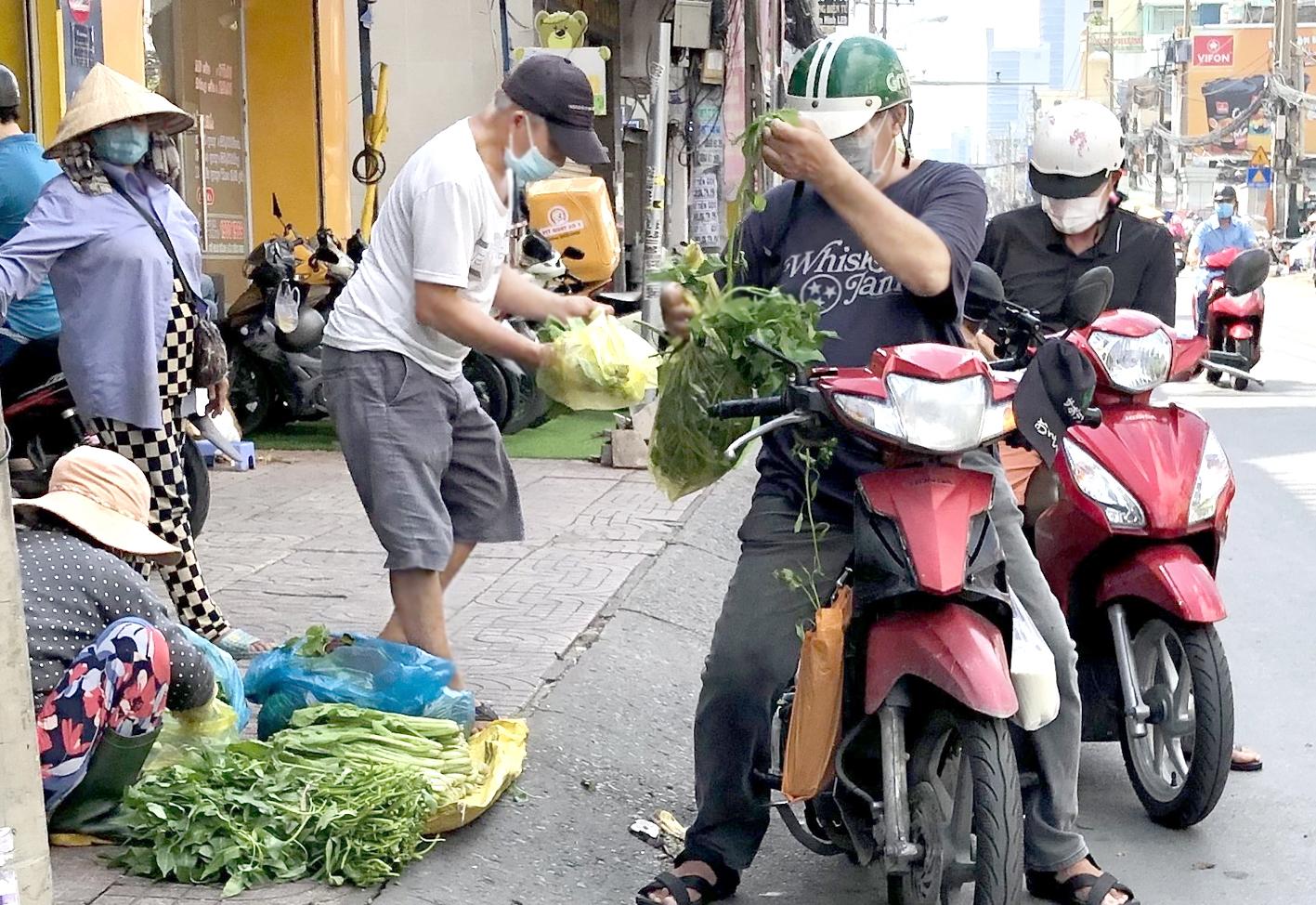 Khách dừng xe mua hàng trước chợ Hòa Hưng, Q.10 - ẢNH: T.HOA