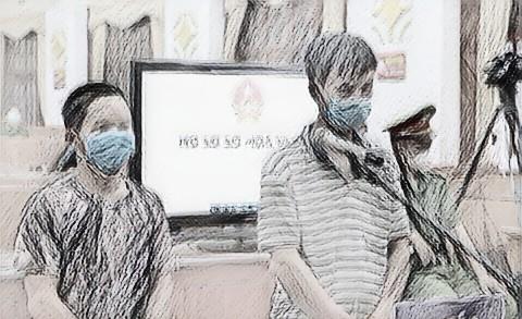 Bị cáo Hoàng (bìa phải) cùng em trai tại phiên tòa