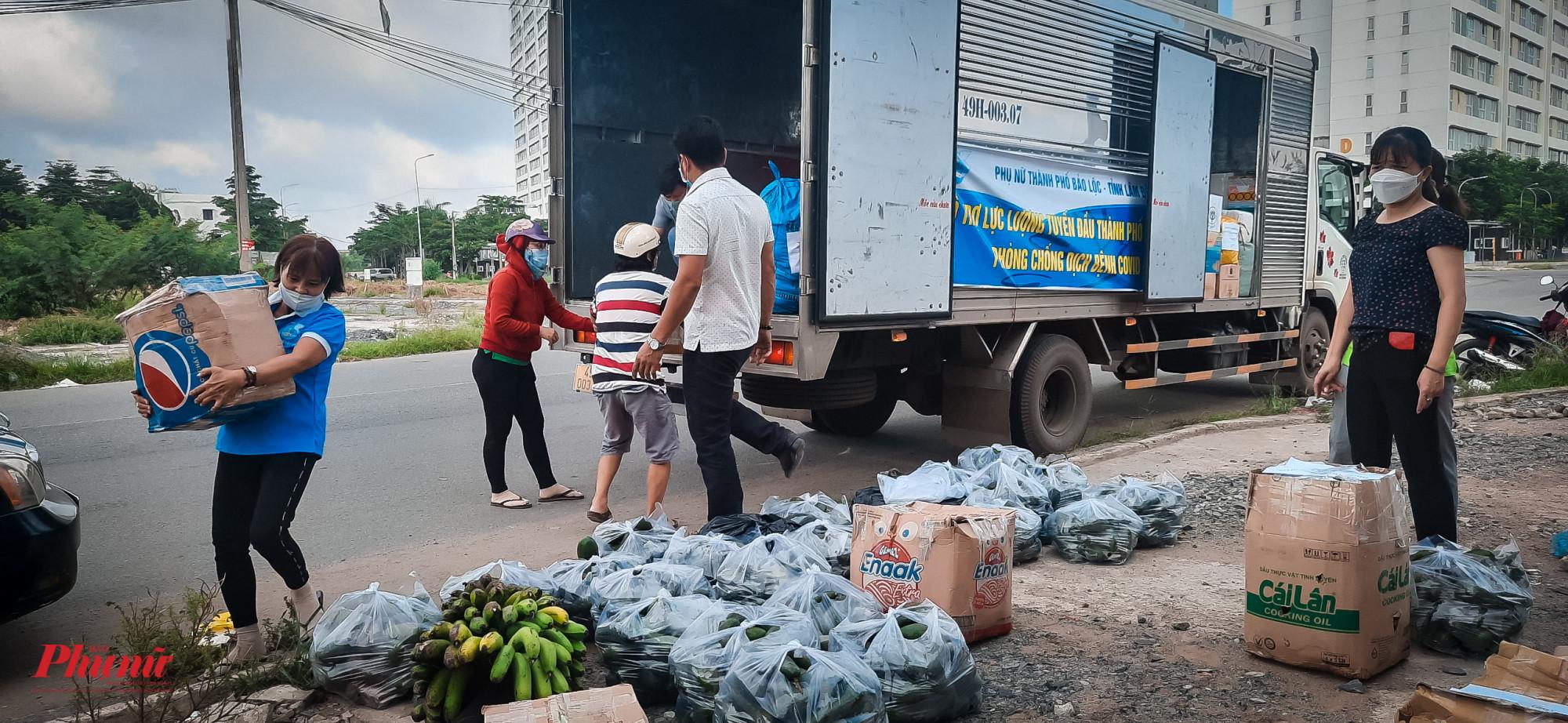 Trước đó, sáng 19/6, tỉnh Lâm Đồng cũng đã có chuyến xe yêu thương chở đầy rau củ hướng về TPHCM