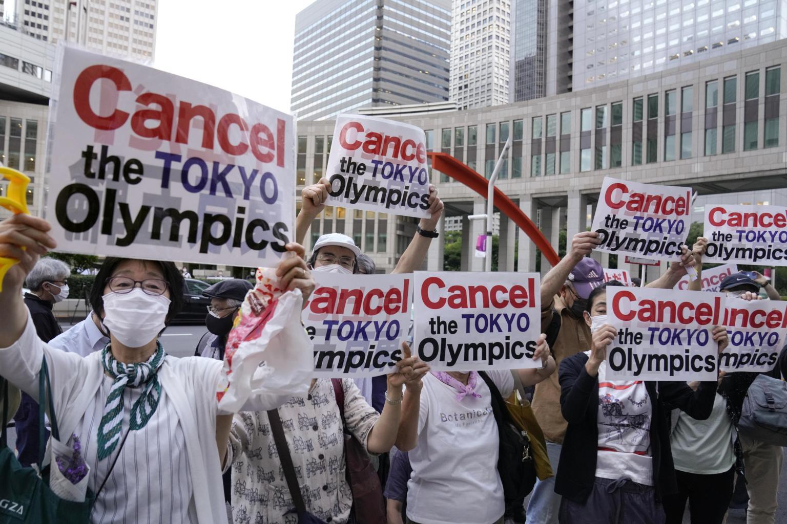 Theo các cuộc khảo sát, hơn 80% người dân Nhật Bản mong muốn hoãn, hủy bỏ hoặc hạn chế khán giả tham gia Olympic Tokyo