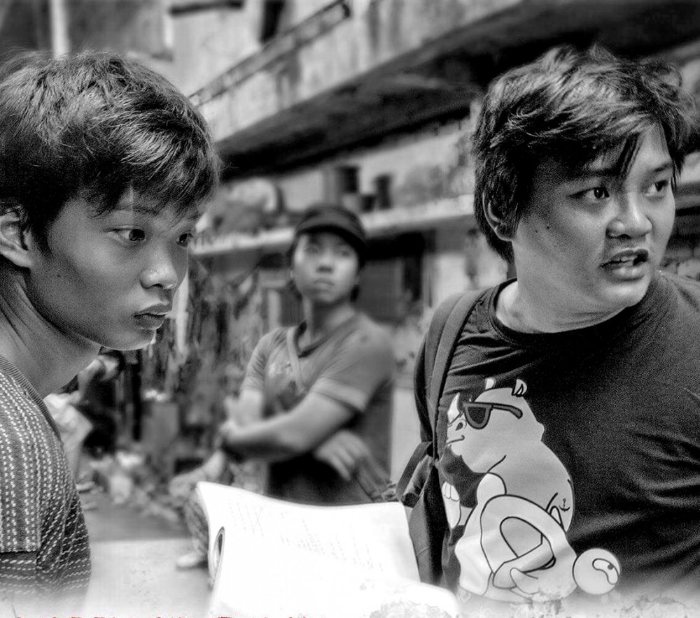 Đạo diễn Thanh Huy (phải) và em trai Anh Khoa (vai Ròm) trên phim trường.