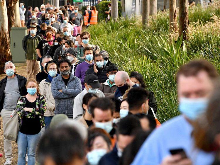 Người dân xếp hàng chờ tiêm vắc xin COVID-19 ở Sydney hôm 24/6 - Ảnh: AFP