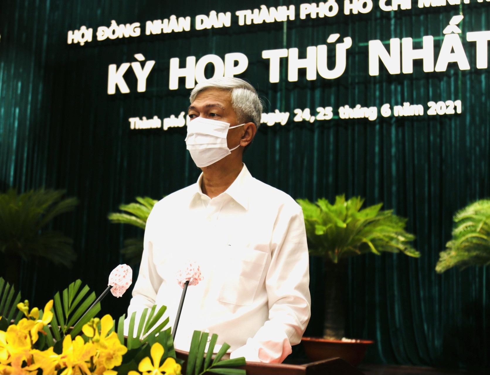 Phó chủ tịch UBND TPHCM Võ Văn Hoan thông qua các tờ trình của UBND thành phố tại kỳ họp