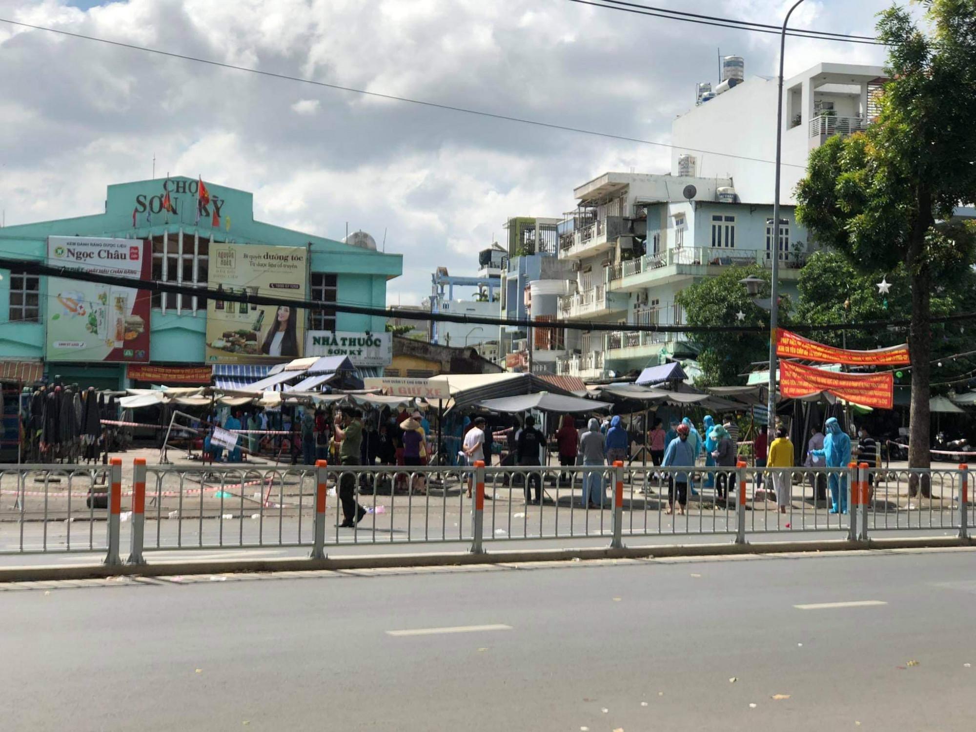 Cơ quan chức năng phong tỏa Chợ Sơn Kỳ, quận Tân Phú do có ca nghi nhiễm COVID-19