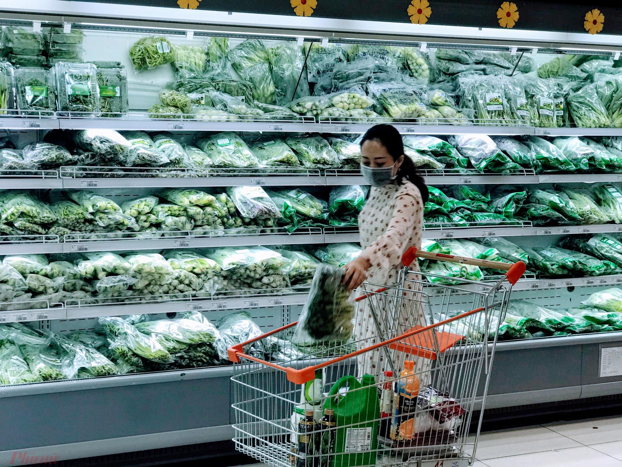 TPHCM khuyến khích mua hàng, giao hàng trực tuyến hạn chế mua trực tiếp. Ảnh: Quốc Thái