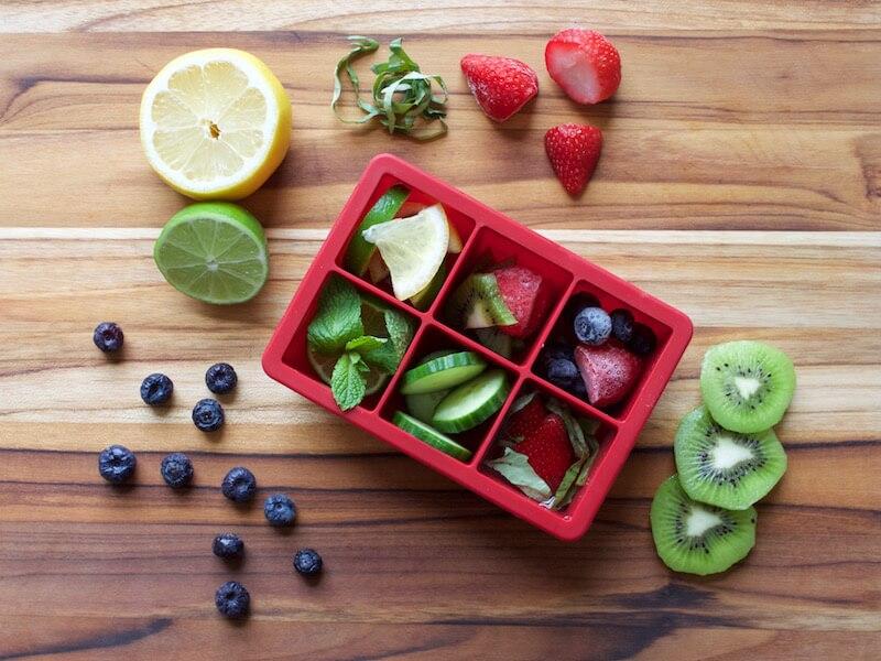 Cắt nhỏ hay cho trái cây kích thước nhỏ vào khay đá, thêm nước rồi đặt vào tủ lạnh vừa là cách bảo quản hoàn hảo với trái cây vừa tăng cường dưỡng chất cho các món nước giải nhiệt ngày nắng của bạn.
