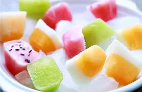 Cho một lớp sữa chua xuống dưới, đặt trong tủ lạnh, khi sữa chua đông lại, bạn cho thêm rau, củ, quả hay nước ép tùy thích là đã có ngay những viên kem nhiều màu sắc bổ dưỡng.