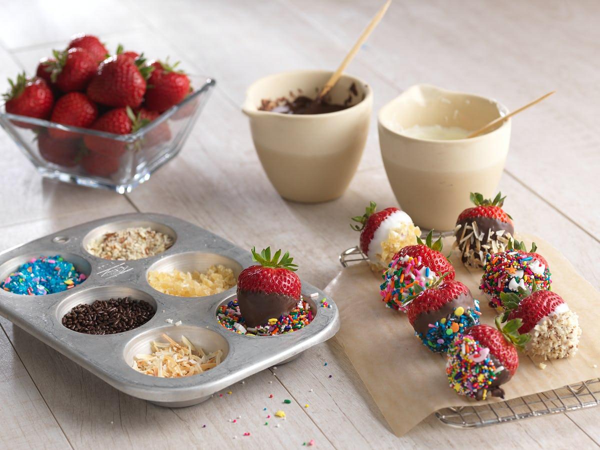 Nhúng dâu tây vào socolate đang được đun chảy, trữ đông là bạn có ngay món tráng miệng ngon lành cho những ngày làm việc tại nhà.