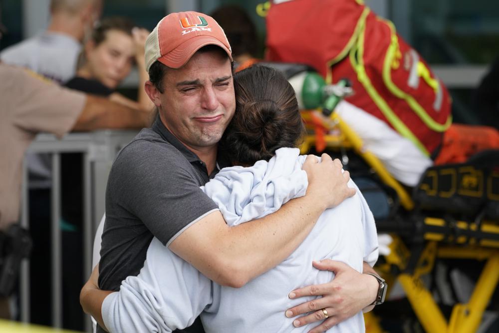 Một cặp vợ chồng ôm nhau khi họ chờ tin tức về những người sống sót