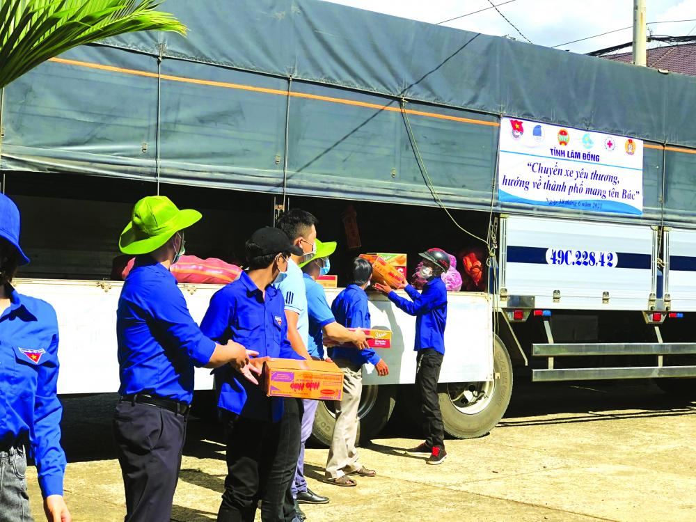 Các đoàn viên thanh niên Lâm Đồ ng sắp xếp vận chuyển hàng gửi đi TP.HCM Ả NH: TỈ NH ĐOÀ N LÂM ĐỒ NG