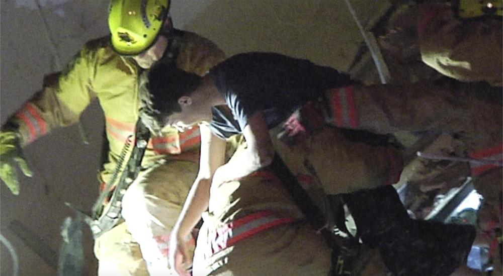 Video được cung cấp bởi các nhân viên cứu hỏa TrustNewsMedia cho thấy cảnh giải cứu một người sống sót khỏi đống đổ nát
