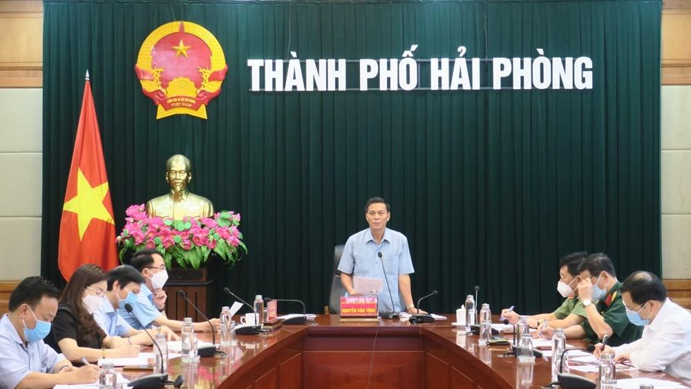 Đồng chí Nguyễn Văn Tùng, Chủ tịch UBND thành phố, Trưởng ban Ban Chỉ đạo phòng chống dịch COVID-19 thành phố chủ trì cuộc họp