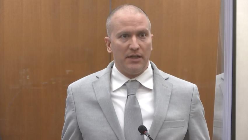 cựu cảnh sát Minneapolis Derek Chauvin phát biểu trước tòa khi Thẩm phán Peter Cahill tuyên án, ngày 25/6.