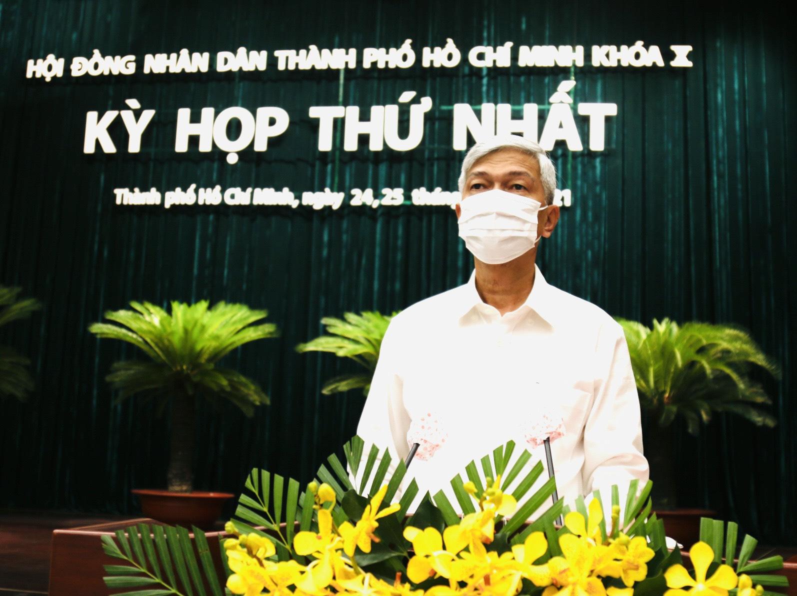 Phó chủ tịch UBDN TPHCM Võ Văn Hoan báo cáo tờ trình về Thủ Thiêm. Ảnh: TTBC