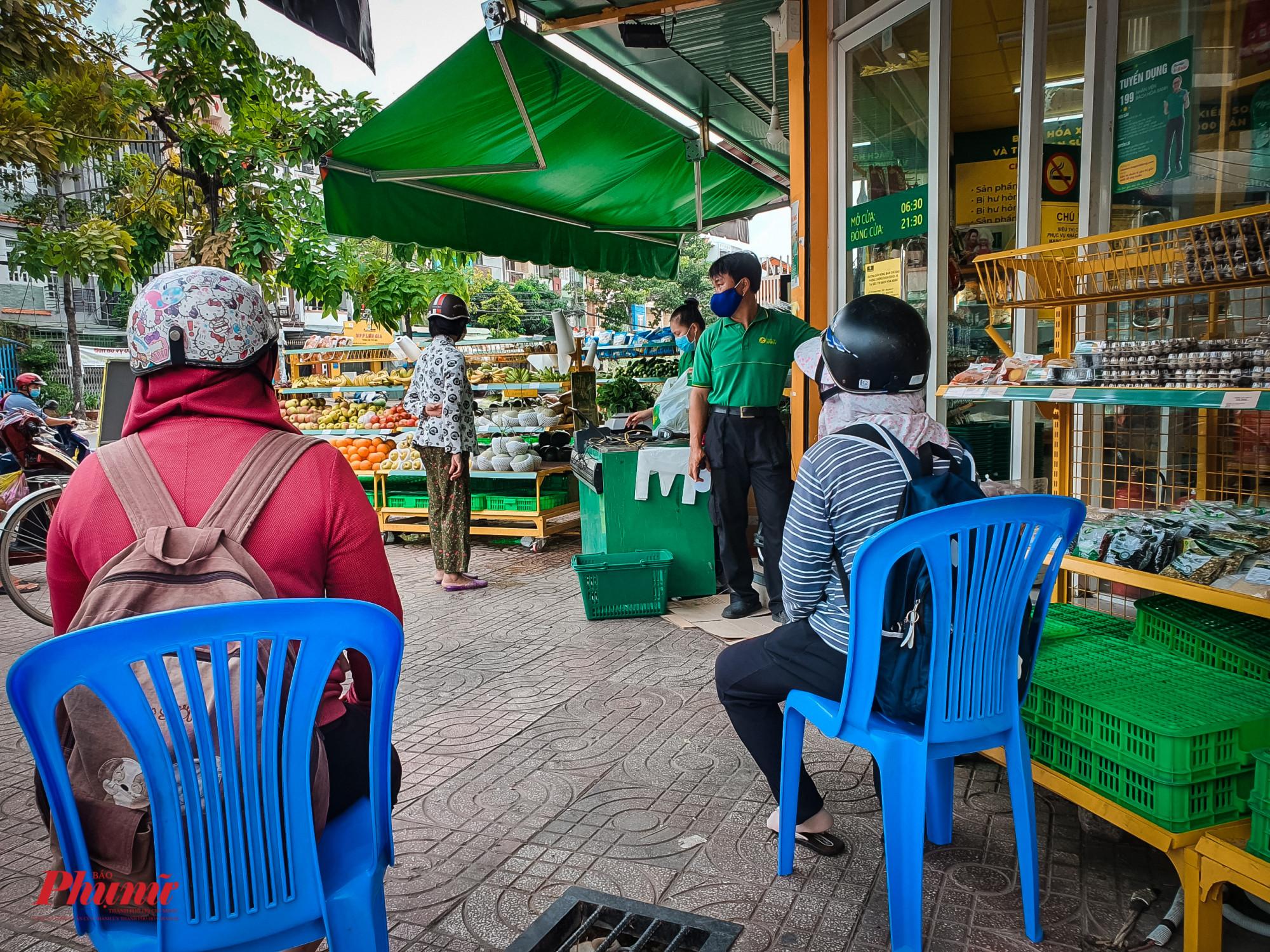 Một cửa hàng tiện lợi chủ động kiểm soát số người và trong mua hàng, những người đến sau phải xếp hàng chờ tới lượt vào mua hànhg