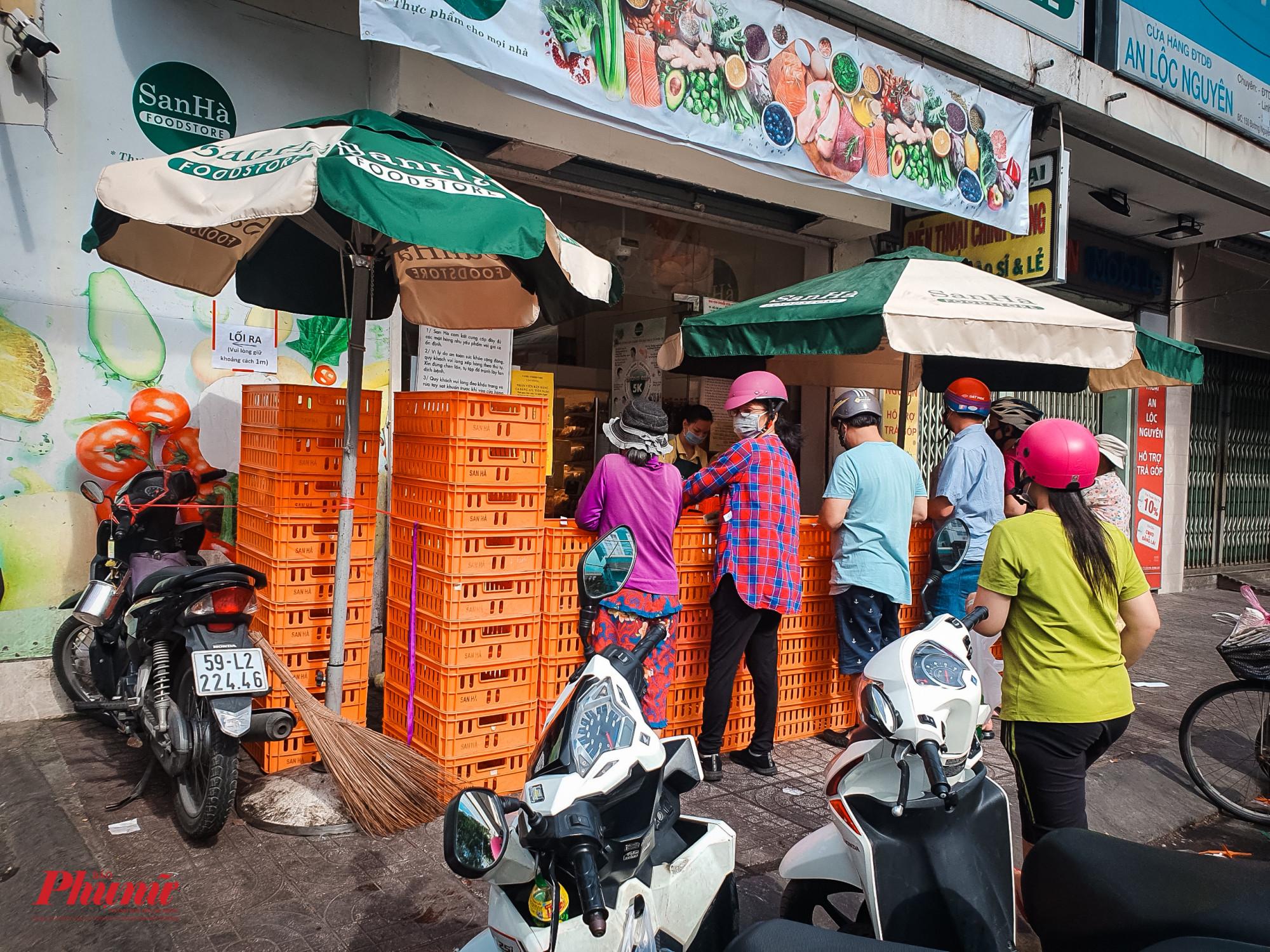 Nhiều hàng quán đã chủ động rào chán để phòng chống dịch bệnh