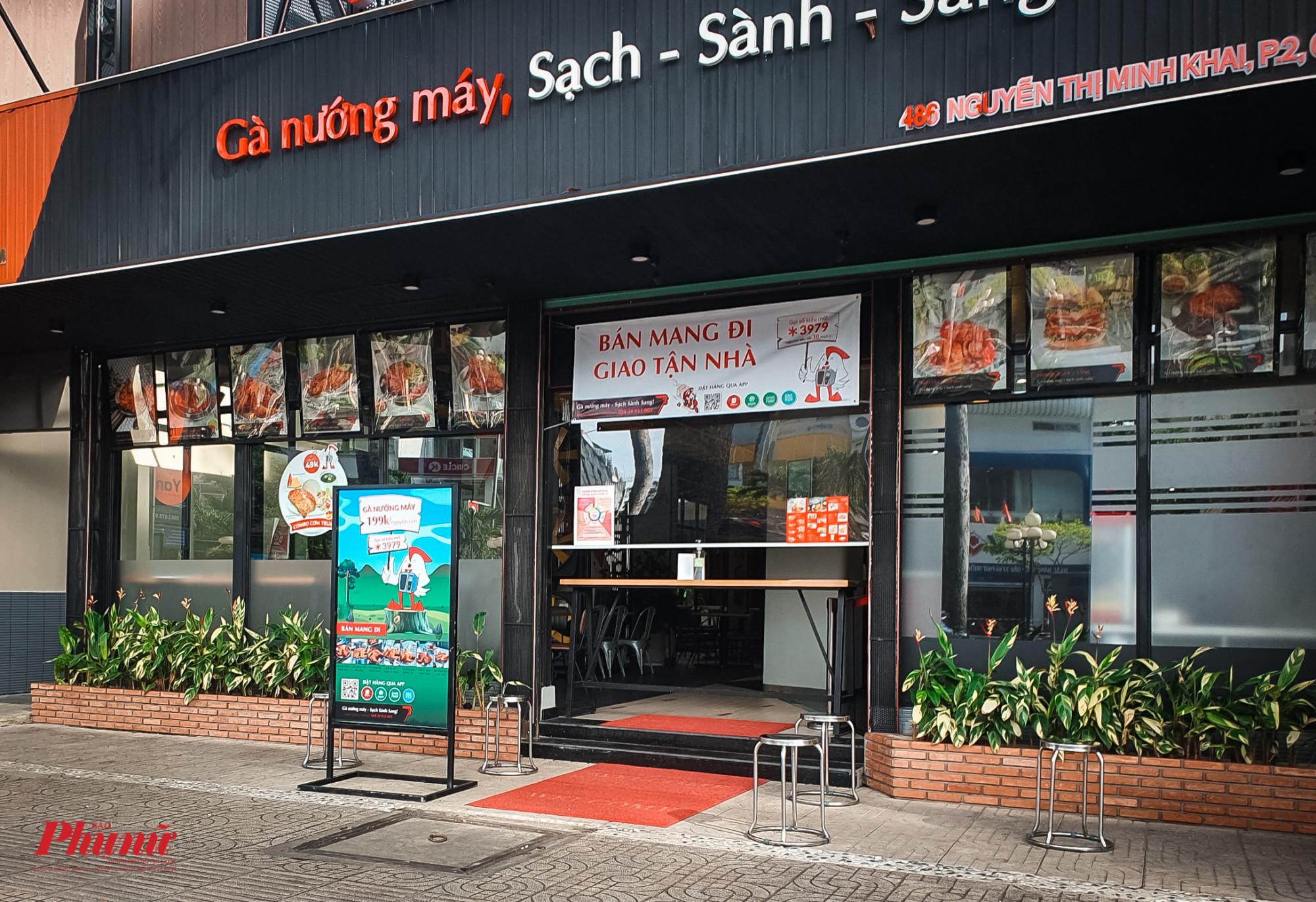 Một cửa hàng thực phẩm đã hạ thấp cửa, đặt chiếc bàn ngay lối ra vào, để hạn chế người mua bước vào nhà hàng