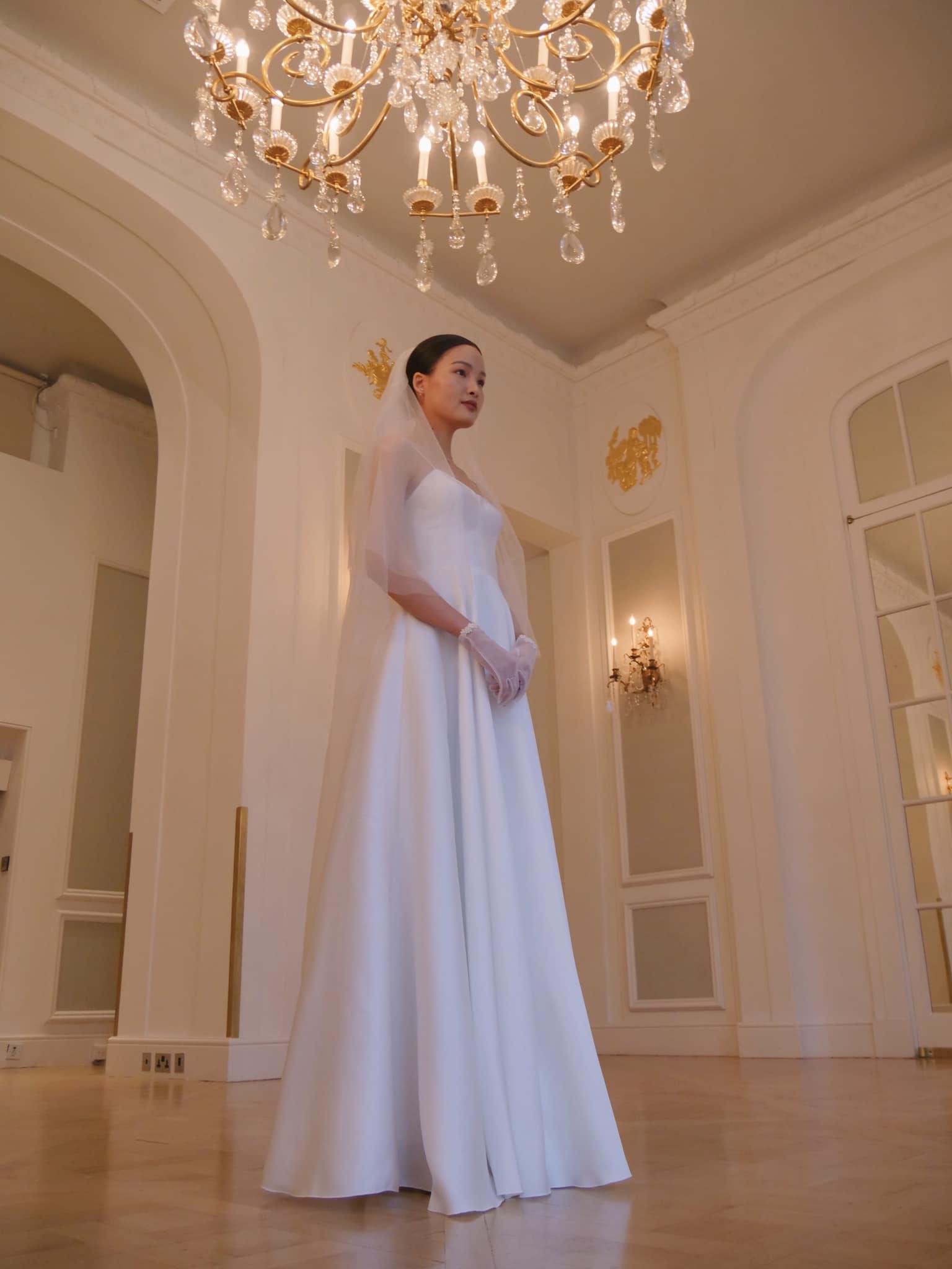 Váy cưới cùa Chà Mi cũng do một người bạn ở Việt Nam may gửi sang