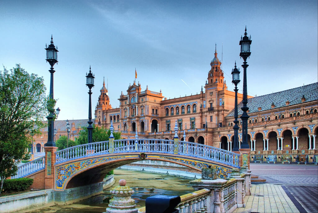 Tây Ban Nha là điểm đến du lịch nổi tiếng thu hút nhiều du khách khắp thế giới quay lại khám phá. Từ 7/6, Tây Ban Nha giới hạn các du khách nhập cảnh vào nước này. Chỉ cư dân các nước thành viên Liên minh châu Âu và danh sách 10 quốc gia có tỷ lệ mắc bệnh thấp mới có thể nhập cảnh. Ảnh: iExpore.
