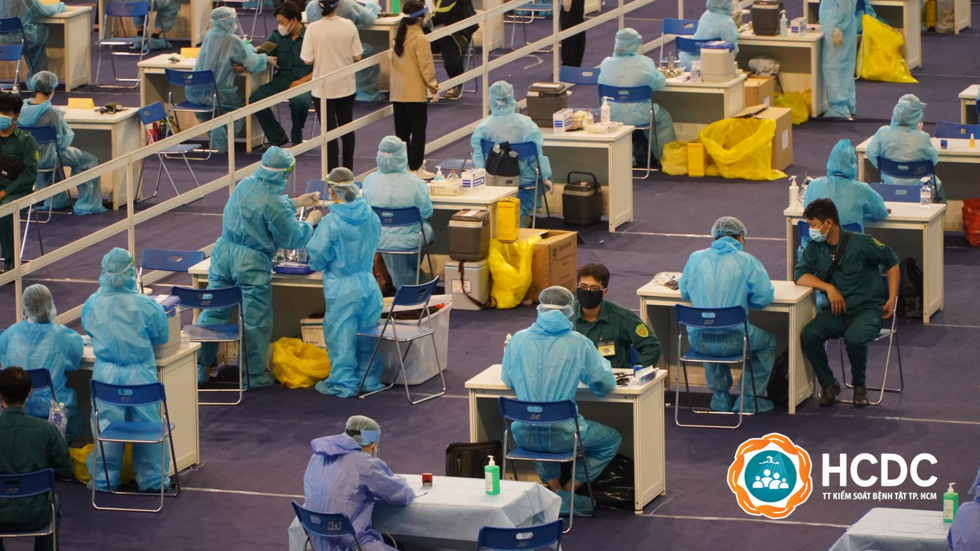 Tiêm vắc xin COVID-19 tại Nhà thi đấu Phú Thọ hôm 24/6/2021. Ảnh HCDC