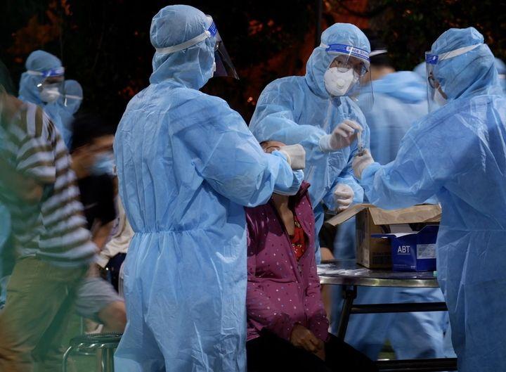 Nhân viên y tế lấy mẫu xét nghiệm giám sát cho người dân