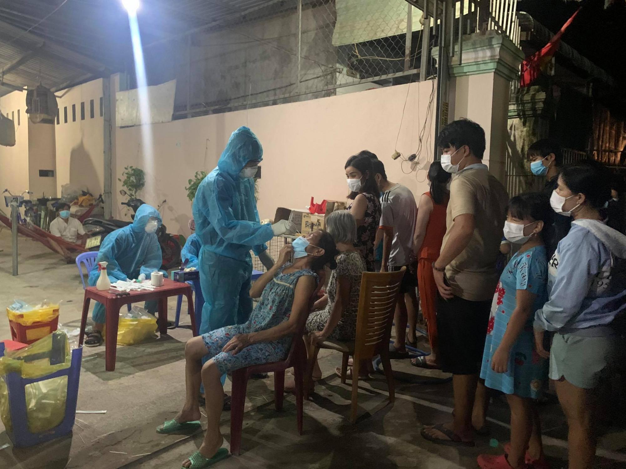 Người dân xếp hàng lấy mẫu xét nghiệm trong đêm tại phường Bình Chuẩn, TP.Thuận An