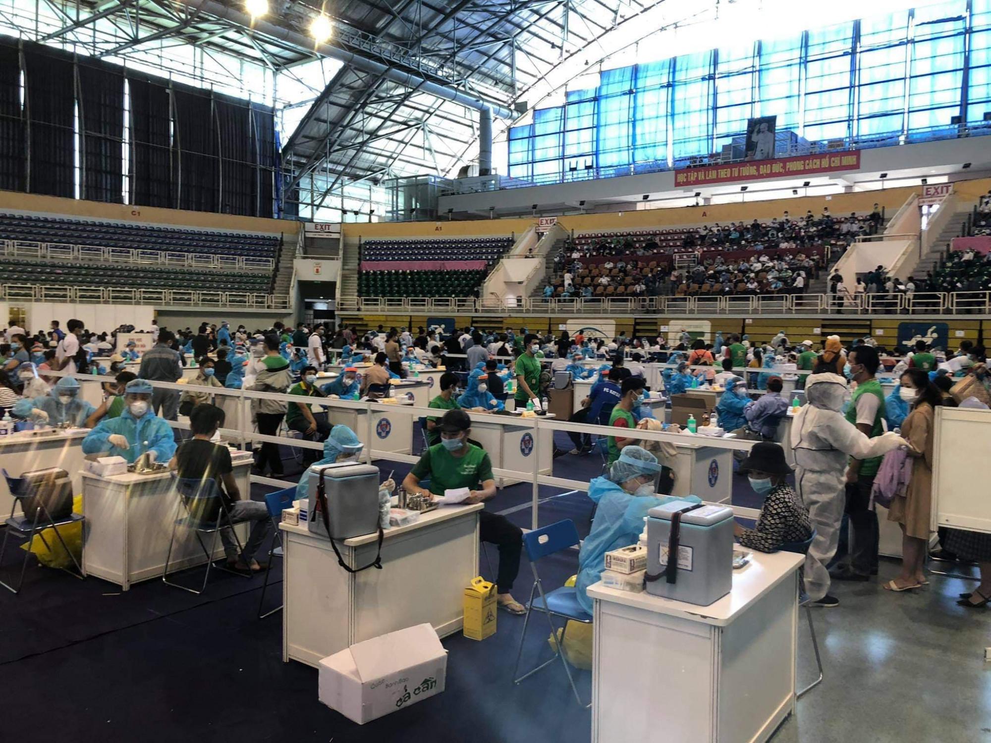 tại điểm tiêm Nhà thi đấu Phú Thọ có 9 đơn vị với 230 nhân viên y tế được bố trí bàn tiêm phía bên trong, các lối đi được giăng dây, có người hướng dẫn, dãn cách đảm bảo 2 mét, có khu vực theo dõi sau tiêm,…