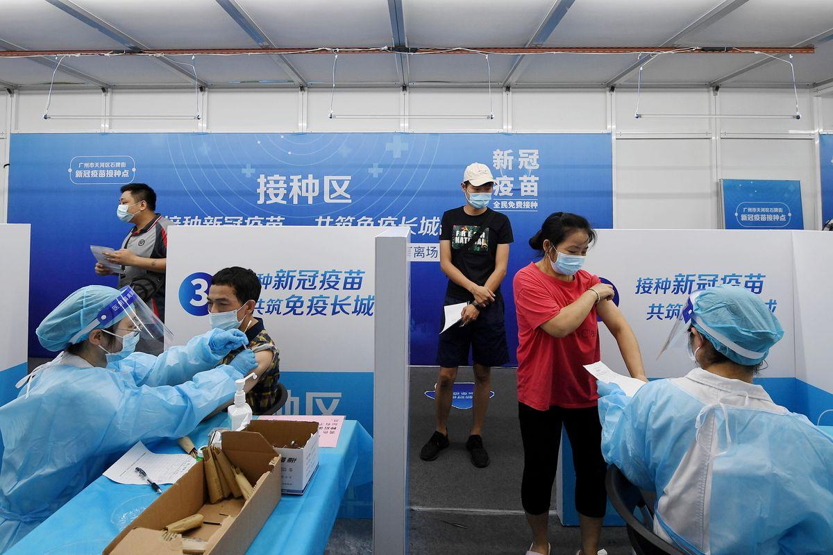 Người dân nhận vắc xin COVID-19 tại một điểm tiêm chủng tạm thời ở Quảng Châu, tỉnh Quảng Đông, hôm 21/6
