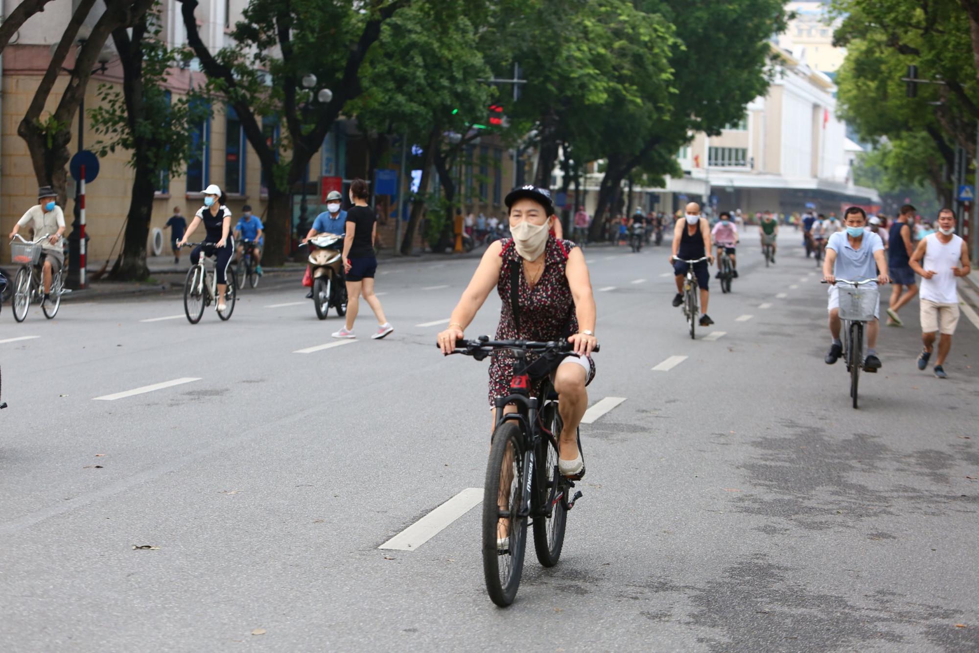 Đường phố Hà Nội bắt đầu xuất hiện trở lại các đoàn xe đạp thể thao. Đây là một trong những phong trào đang phát triển trong thời gian qua của người dân Thủ đô.