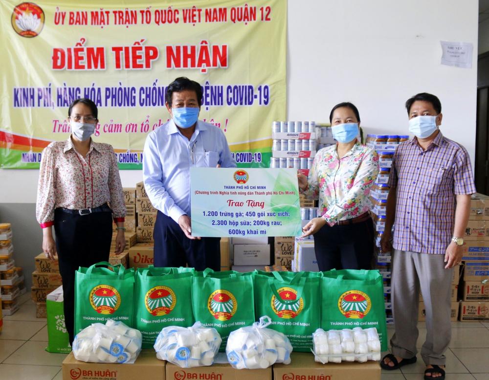 Hội Nông dân TP.HCM trao quà hỗ trợ người dân Q.12.