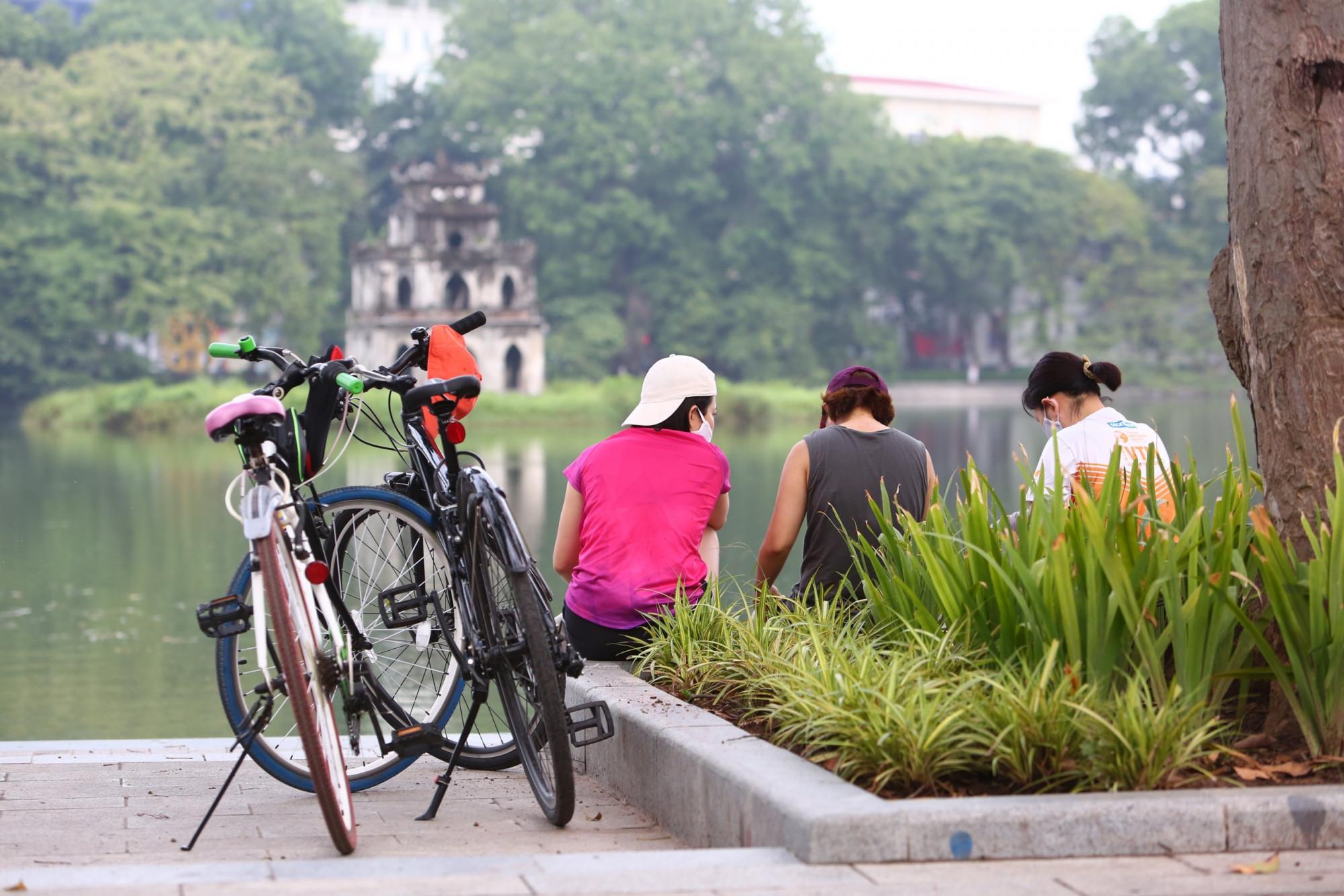 Những hoạt động thể dục, thể thao ngoài trời giúp Hà Nội lấy lại được vẻ đẹp bình yên vốn có sau thời gian dài giãn cách để phòng chống dịch COVID-19 lây lan.