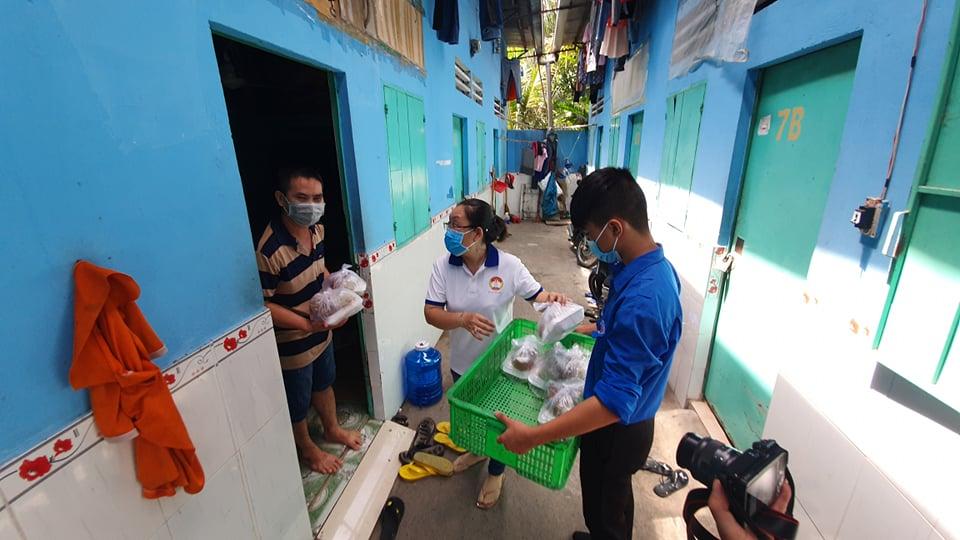 Phường Bình Chiểu, TP.Thủ Đức (TPHCM) đến dãy trọ phát cơm từ thiện cho người khó khăn vì dịch COVID-19.