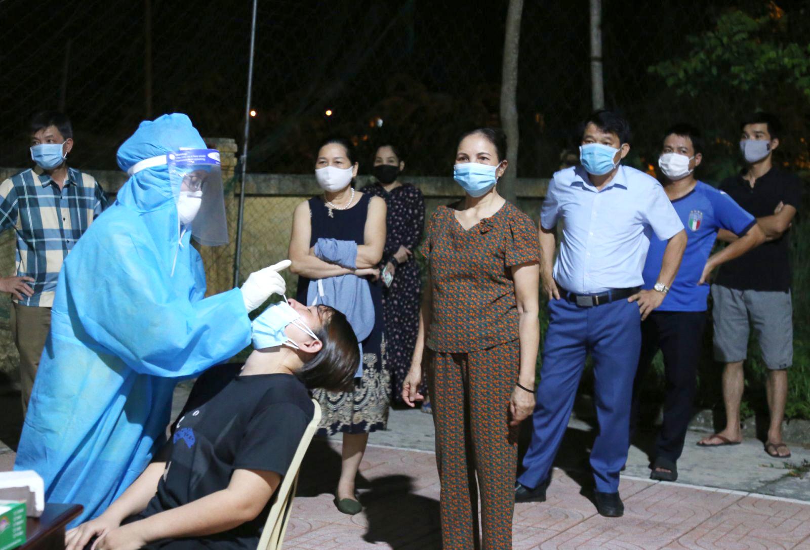 Lấy mẫu xét nghiệm COVID-19 diện rộng ở Hà Tĩnh