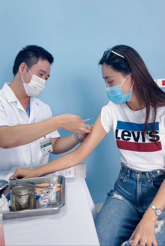 Người đẹp ảnh - Miss Tourism Vietnam 2017 kiêm MC thời tiết Xuân Anh trẻ trung trong mẫu áo thun ngắn tay đi tiêm chủng. Cô nàng cho biết không gặp phản ứng nặng, chỉ cảm thấy hơi nhức mỏi và ê ẩm toàn thân sau 24 được nhận vắc xin.