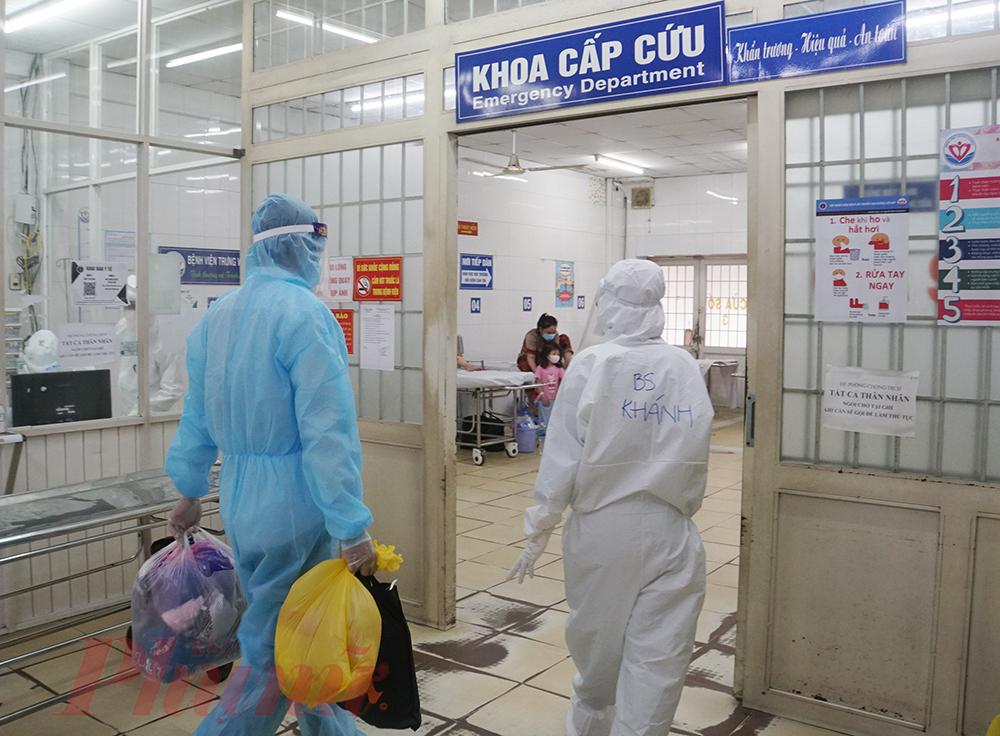 Bác sĩ Khánh tiếp nhận bệnh nhân COVID-19 vừa được đưa tới
