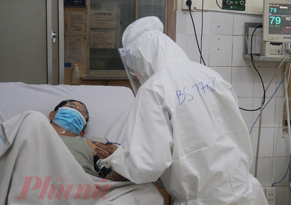 Bác sĩ Thư thăm khám cho một bệnh nhân COVID-19 đang diễn tiến nặng