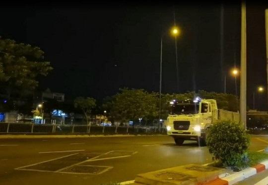 Hình ảnh đoàn xe ben vượt đèn đỏ được clip ghi lại.