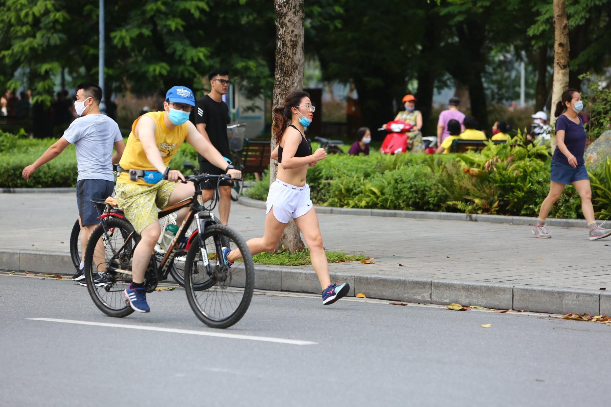 Sáng nay (26/6), đường phố Hà Nội bắt đầu nhộn nhịp trở lại khi các hoạt động thể dục, thể thao ngoài trời được nới lỏng.